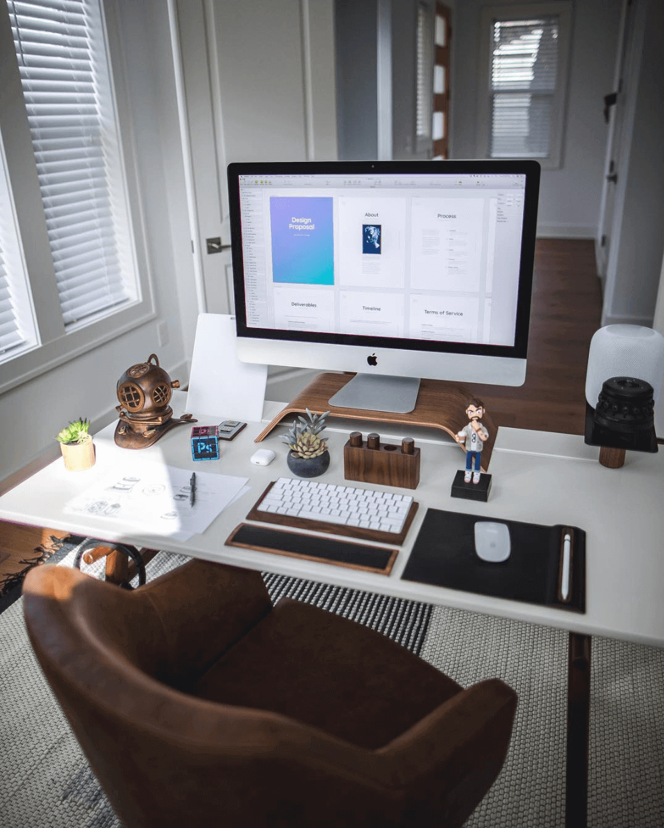 Marcelo Silver Minimal Desk Setup