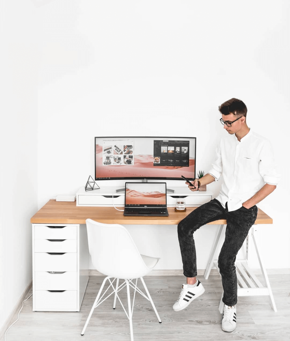 Best minimalist desk by @alexcaea
