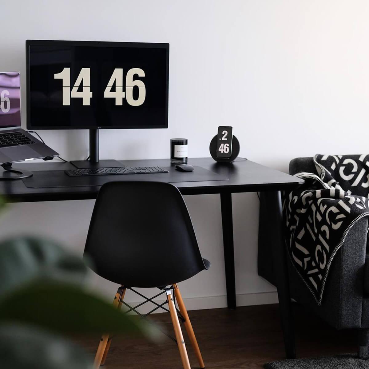 Clock Screensaver for Desk Setup